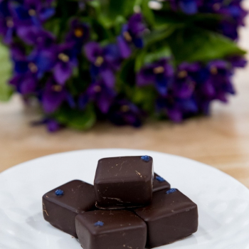 [JEU CONCOURS ! 💜]  Avec la complicité de notre artisan-chocolatier, nous vous proposerons très bientôt ces chocolats à la violette  Attention en gouter un, c'est prendre le risque d'en vouloir un deuxième...  Ces délices n'ont pas encore leur petit nom : on vous propose de jouer avec nous et de nous partager vos plus belles idées en commentaire : l'auteur de celle qui nous séduira le plus gagnera un lot de cette création pour les déguster en avant-première !!!  Vous avez jusqu'à la fin du mois d'octobre pour nous transmettre vos idées en commentaire ! -  #lamaisondelaviolette #jeuconours #jeuconcoursinstagram #violettedetoulouse #chocolat #chocolatier #violettes #violettesdetoulouse